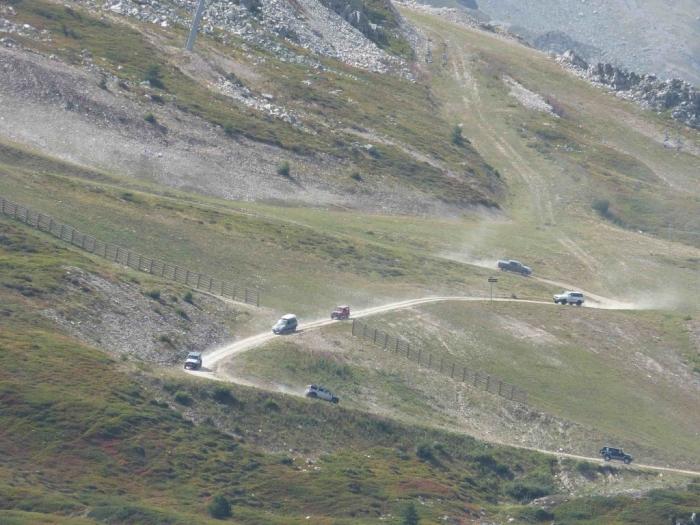 4x4-poussiéreux-sur-la-Sétaz-vus-à-2-km-de-distance